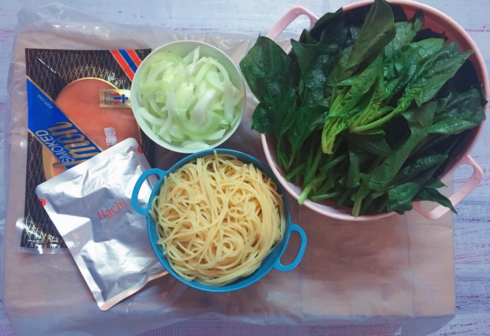 洋蔥煙三文魚菠菜蜆肉意粉