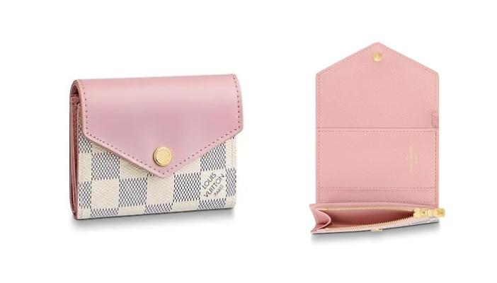 【女裝短銀包】10款$5,000以下實用名牌短銀包 經典款式耐看不過時 Louis Vuitton這款散發夏季氣息的Zoé 銀包結合Damier Azur帆布與滑面皮革,並以柔美的粉色呈現。設計小巧的