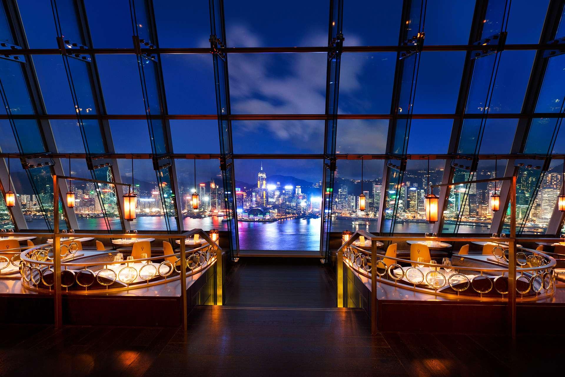 【生日、拍拖、慶祝周年紀念日】情調行先!令約會加分的特色餐廳推介 坐落於尖沙嘴北京道一號頂層29及30樓的Aqua曾被《亞洲時代雜誌》選為全球最佳夜景餐廳之一,景觀之佳毋庸置疑。