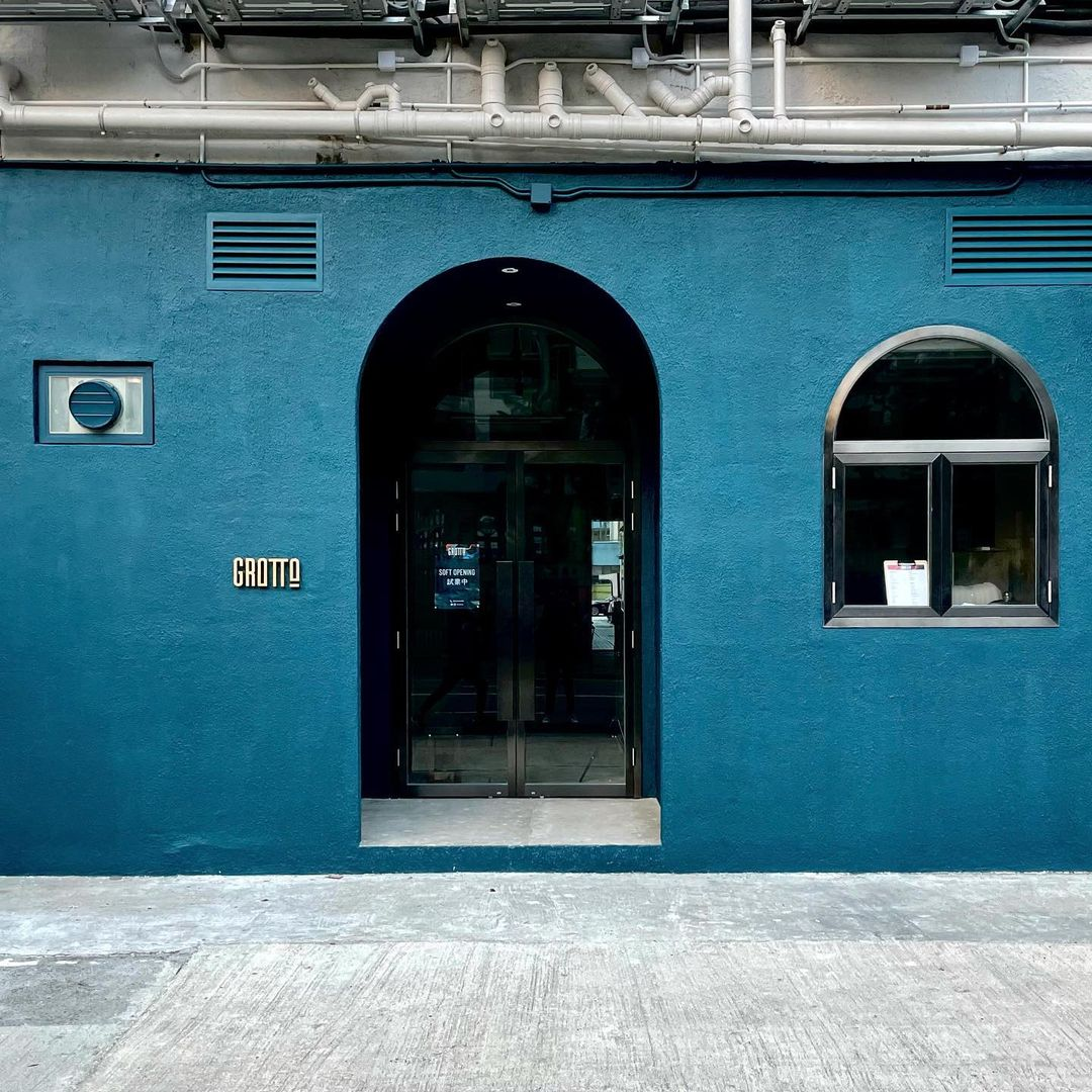 【2021打卡Cafe推介】 19間香港九龍新界特色打卡Coffee Shop合集 (持續更新) 6. 鰂魚涌 ─ 藍色圓拱門打卡 Cafe:Grotto Grotto 是近來大熱的鰂魚涌藍色打卡ca