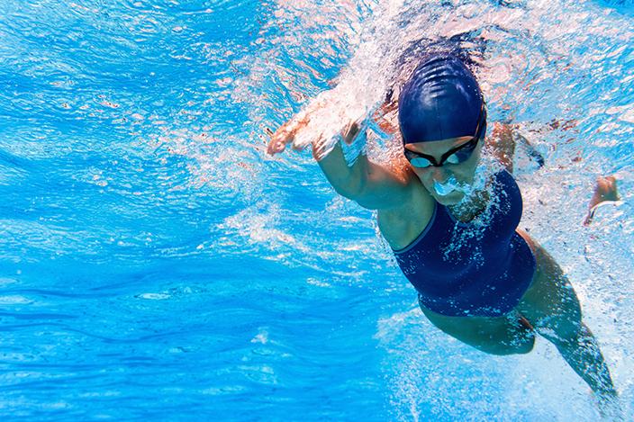 【Top 5女生減肥運動】迎接夏天作戰計劃!極速燃燒卡路里+增肌減脂+收緊線條 減肥運動推介#3︰游泳如果你怕運動流汗和悶熱黏膩的感覺,游泳就非常適合你了,既不用流汗又可以消暑降溫,而且對於瘦手臂和腿