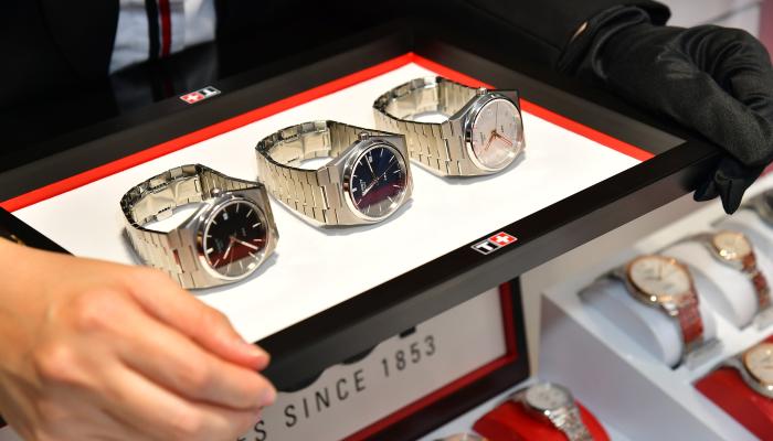 父親節禮物2021丨盤點6大手錶品牌!型爸必備手錶推薦:勞力士水鬼丶Breguet陀飛輪 Tissot 瑞士天梭表手錶推薦:PRX 40 205天梭表曾於70年代末推出過一款錶殼和錶鏈一體式設計的標誌