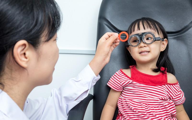 小朋友3歲開始戴眼鏡,太早了嗎?